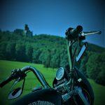 Blick auf die Araburg vom Motorrad aus
