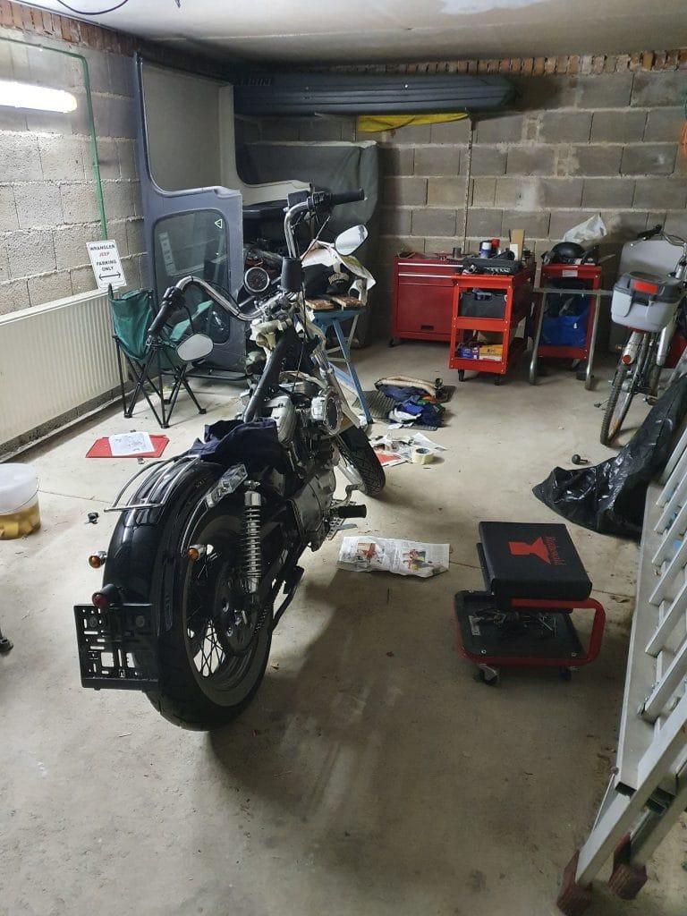 Werkstatt mit Harley Davidson Sportster