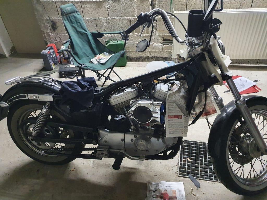 Harley Davidson in der Garage beim Zerlegen
